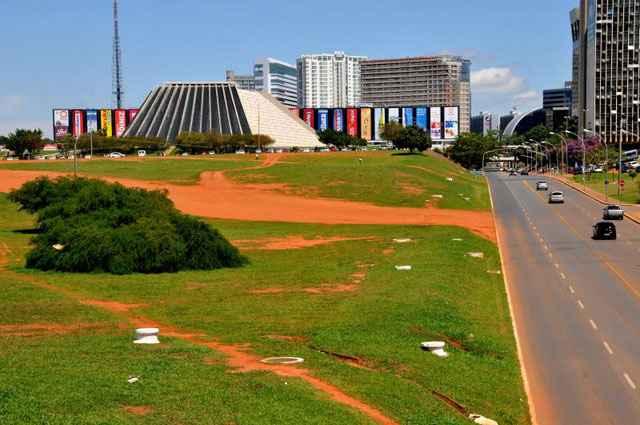 Área entre o Teatro Nacional e a L2 Norte receberá definição de parâmetros pelo governo, que deverá permitir obras e construção no local - Antonio Cunha/Esp. CB/D.A Press