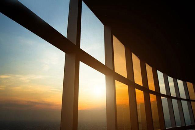Os vidros permitem reduzir a entrada do calor durante o dia e evitar que ele fique retido à noite, garantindo temperatura agradável a noite - Reprodução Internet/tecnogeek.com