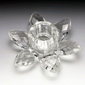 Castiçal em formato de flor, da Prestige, em cristal e com 8,5cm de diâmetro x 4cm de altura. Na Camicado (R$ 21,90) - Camicado/Divulgação
