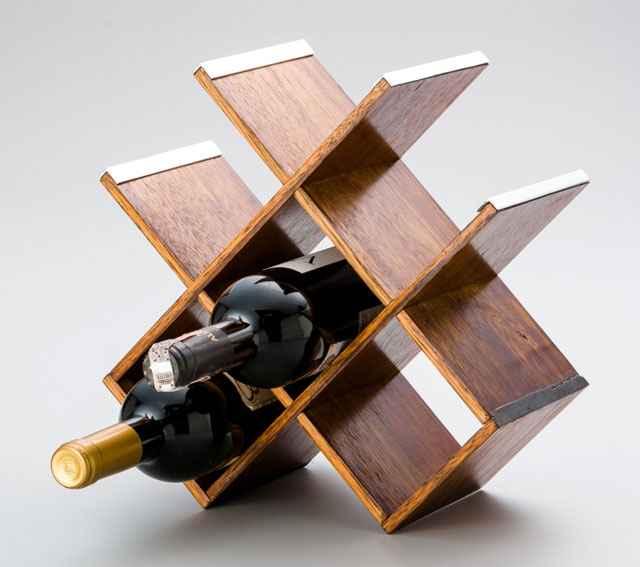 Madeira reflorestada foi matéria prima do suporte para adega residencial, que além de sustentável, mantém a temperatura ideal para o vinho - Rojemac/Divulgação