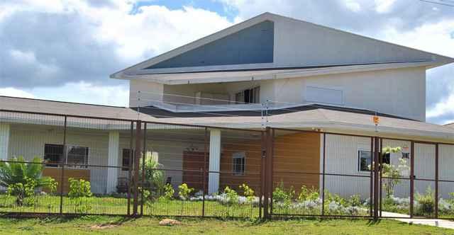 Com aços que fazem o papel de pilares da casa, as paredes recebem preenchimento acústico e térmico - Divulgação/Rutherford Ocampo