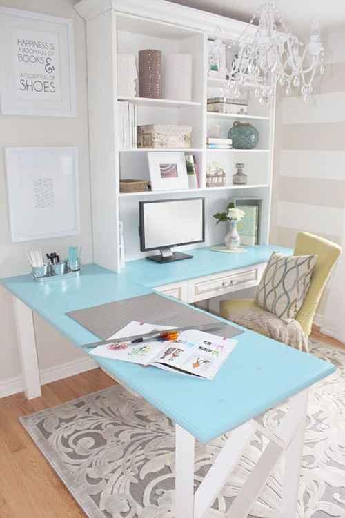 Iluminação feminina e mesa em L pode ajudar a alternar funções durante o trabalho - Meer Inspiratie/Divulgação