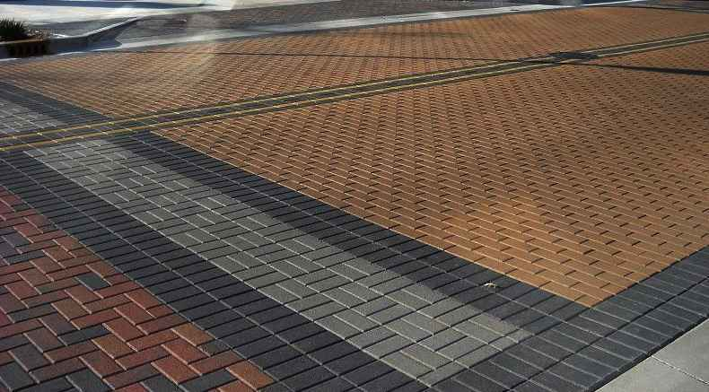 O piso intertravado é uma solução para ambientes externos e de estacionamento - Reprodução/Internet