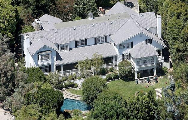 Localizada em um condomínio fechado em Beverly Hills, a propriedade de quase 683 metros quadrados e segue estilo clássico - Reprodução Internet/Move Inc