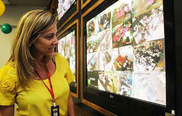 Gerente de marketing, Luciana Vilhena exibe o sistema de monitoramento na sede da empresa - Túlio Santos/CB/D.A Press