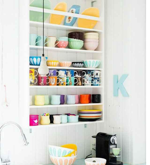 As prateleiras são sempre uma boa ideia para manter a organização da cozinha - Reprodução/Internet