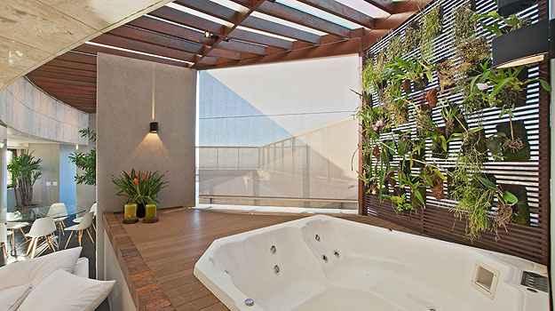 Jardim vertical, proposto pela arquiteta Marina Dubal, deixa os usuários da banheira livres da curiosidade alheia - Divulgação/Henrique Queiroga