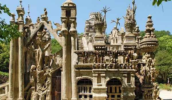 Esta incrível peça da arquitetura naif começou a ser construída em 1879 e levou 33 para ser finalizada. O palácio é inspirado na bíblia e na mitologia hindu - Reprodução da internet