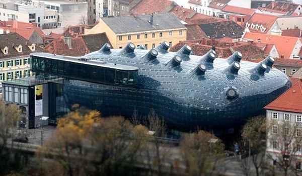 É um museu de arte moderna fundado em 2003. O projeto, conhecido como 'alien friendly', foi montado em cima da otimização do espaço urbano e prezando pelo baixo impacto ambiental - Reprodução da internet