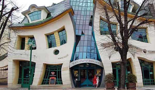 Construída em 2004, a Casa Torta, como é conhecida, é parte de um Shopping Center da cidade de Sopot, na Polônia - Reprodução da internet