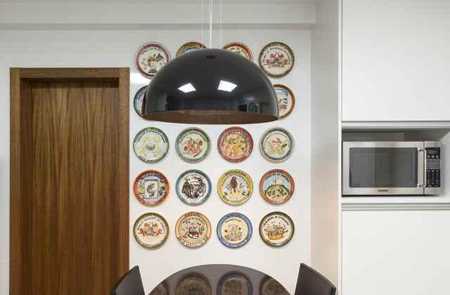O arquiteto Luís Fábio Rezende de Araújo enfatiza que o uso de pratos decorativos nas cozinhas voltou com tudo no décor  -