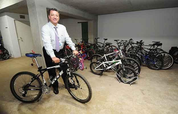 Gerente de uma construtora, Fenelon Vieira de Matos Filho diz que a empresa passou a incorporar o bicicletário aos novos projetos  - Beto Novaes/EM/D.A Press