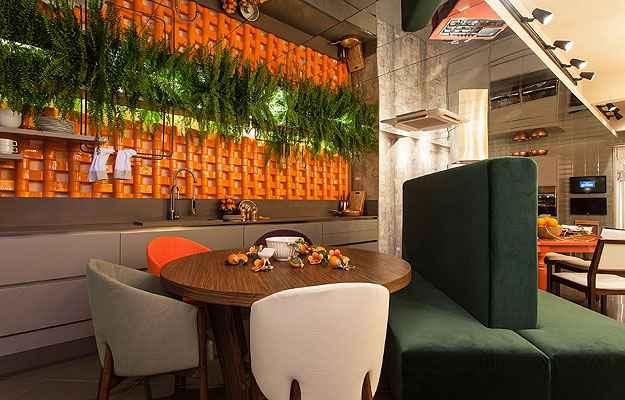 Cozinha laranja com peças de cerâmica esmaltada tem um toque todo especial - Xico Diniz e Aluízio Gomes Accioly Filho/Divulgação