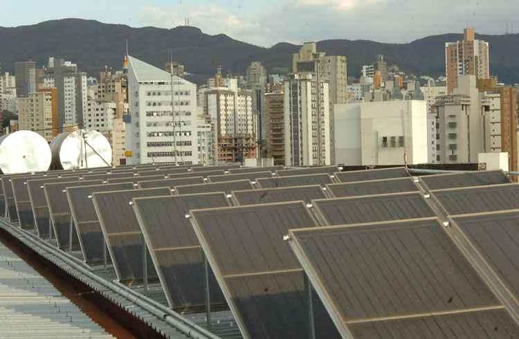 Painel fotovoltaico ligado à rede elétrica pode reduzir o consumo de eletricidade de 50% a 60%, mas só vale a pena para residências que gastam, pelo menos, 300kW/h por mês - Beto Novaes/EM/D.A Press