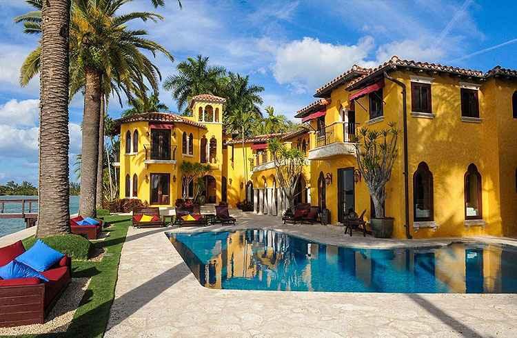 A morada tem uma piscina enorme, jacuzzi, praia e um cais, sem contar os cinco quartos e cinco banheiros, em uma área total construída de 740 metros quadrados - Kevin Luna Studios LLC/Divulgação