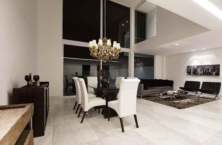 A fachada da casa em vidro objetiva a entrada de luz natural. Dessa forma, diminui significativamente o uso da luz artificial e do ar-condicionado - Adriane Xavier e Gustavo Xavier/Divulgação
