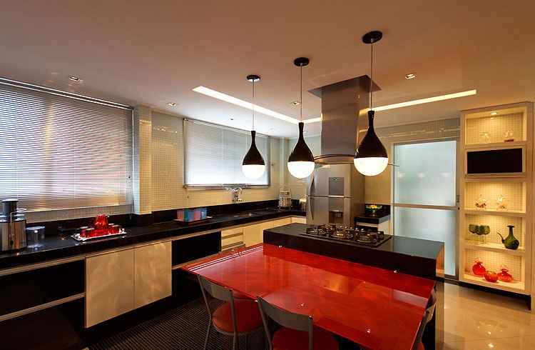 Nesta cozinha, a ventilação cruzada das janelas com a porta que vai para a área externa é uma opção para diminuir o calor e proporcionar conforto térmico no interior da edificação - Adriane Xavier e Gustavo Xavier/Divulgação