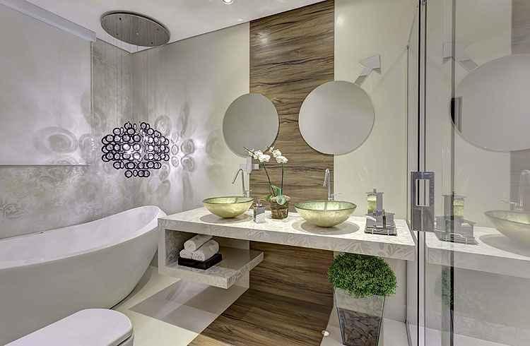 No banho do casal, a arquiteta Lilian Fajardo optou por bacia sanitária com dual flush e iluminação com sensor de presença para economizar água e luz - Adriane Xavier e Gustavo Xavier/Divulgação