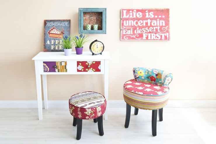 Neste ambiente, o piso e a parede, com cores e texturas lisas, viabilizam a harmonia dos padrões. Os móveis, da Westwing, também conversam graças ao vermelho, que funciona como um ponto de convergência entre as peças  - Westwing/Divulgao