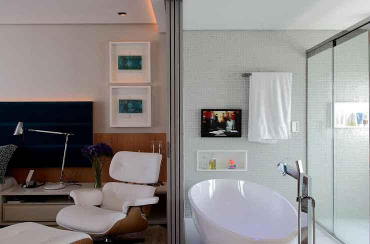 A banheira de imersão é a cereja do bolo do quarto integrado criado por Rodrigo Maia  - Divulgação