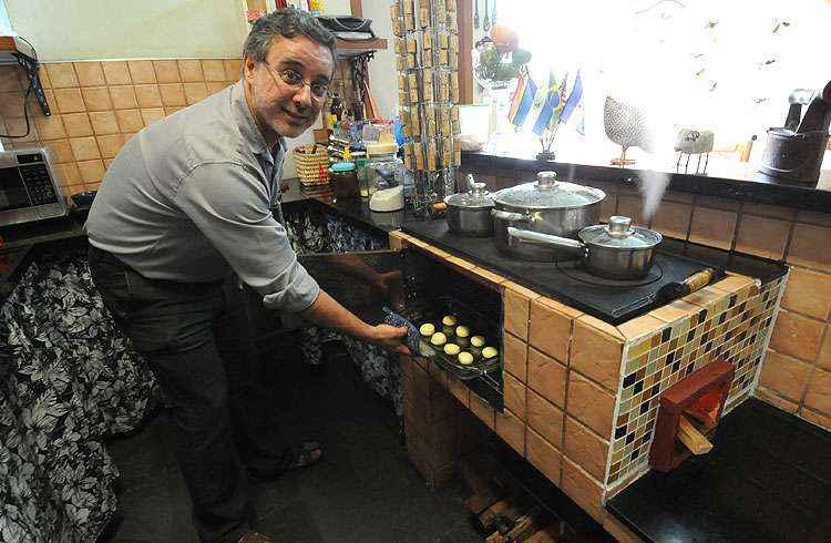 O engenheiro Rogério Miranda desenvolveu uma versão sustentável do fogão a lenha e produz 50 unidades por mês - Beto Novaes/EM/D.A Press