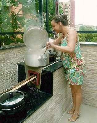 Na casa de Ana Cristina e Rodrigo em BH, o fogão a lenha ecológico dá o gosto do interior na cobertura - Arquivo Pessoal/Divulgação
