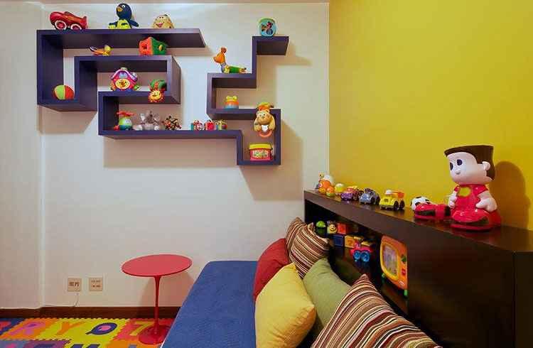 Divertida, a estante foi desenhada especialmente para uma brinquedoteca: quebra a monotonia do quarto e o torna mais lúdico - Eduardo de Almeida/RA Studio