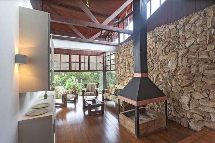 Mesclar madeira com pedra dá aparência rústica - Henrique Queiroga