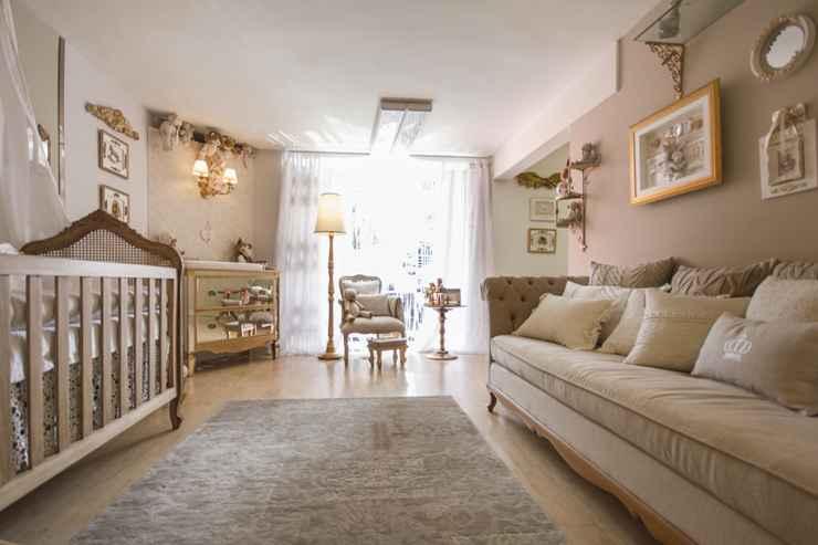 Para trazer mais  acolhimento e aconchego para este quartinho de bebê, a designer de interiores Rosângela Brandão lançou mão de móveis, tapete,adornos e luminárias  - Juliana Buli