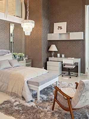 O quarto ganha clores claras em bege, branco e cinza para ter leveza - Henrique Queiroga/Divulgação