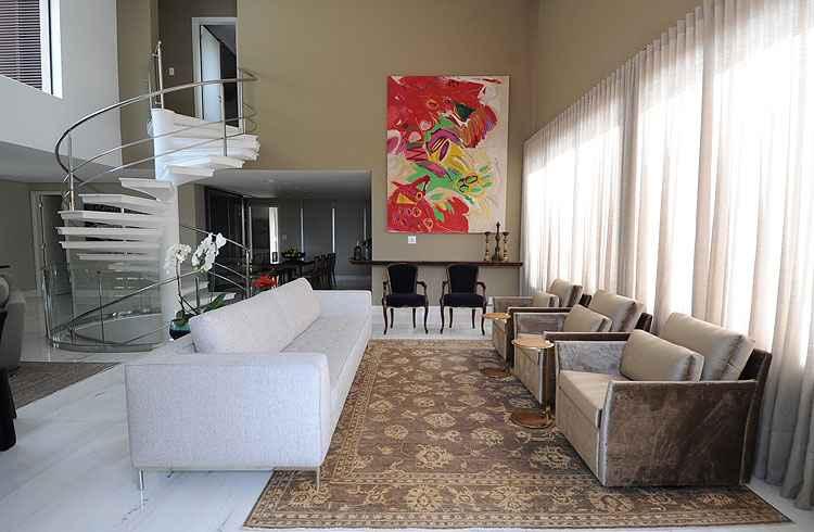 Living: a escada em espiral destaca-se na sala principal. Os sofás são forrados de veludo e a obra é da artista Ana Rocha - Leandro Couri/EM/D.A Press