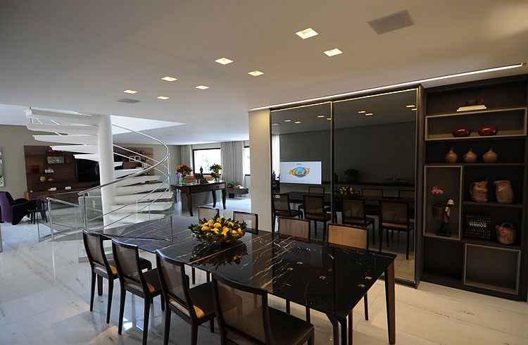 Sala de jantar: com mesa para oito lugares em mármore negro e armário em vidro de camada metalizada, especial para TV de LED, o cômodo foi decorado com arranjo de limões sicilianos - Leandro Couri/EM/D.A Press