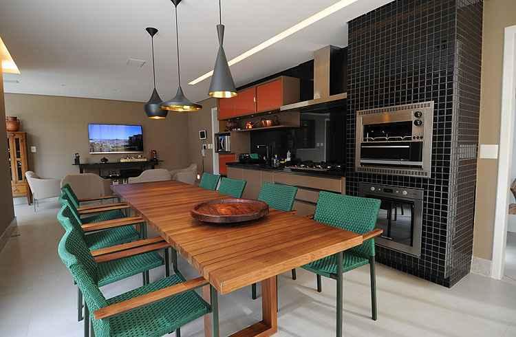 Cozinha: com luminárias diferentes e mesa de madeira natural, a cozinha foi projetada para ser um dos espaços mais convidativos da casa - Leandro Couri/EM/D.A Press