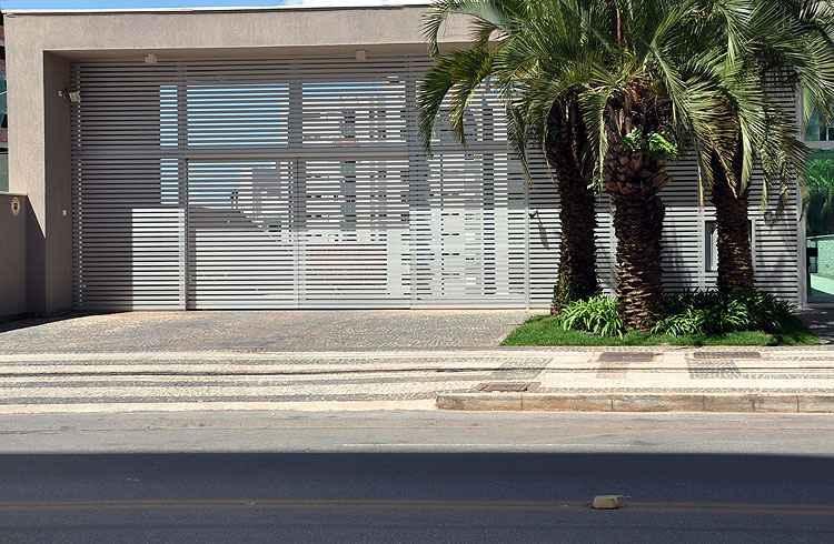 Portão de garagem com câmara de vídeo ajuda no controle de entrada e saída do edifício - Eduardo Almeida/RA Studio - 17/4/13
