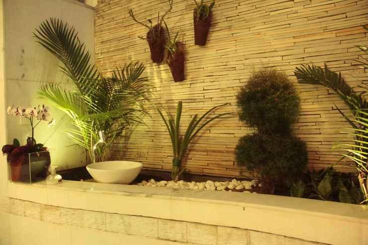 Neste jardim assinado pela designer AnaLu Guimarães, as pedras filetadas ganharam mais destaque por meio da iluminação  - Divulgação