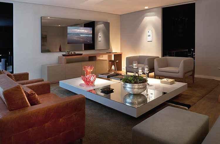 Sala de estar: a designer de interiores Alessandra Lara desenhou um cômodo que pensa no requinte, conforto e elegância nos mínimos detalhes - Fabio Cançado/Divulgação