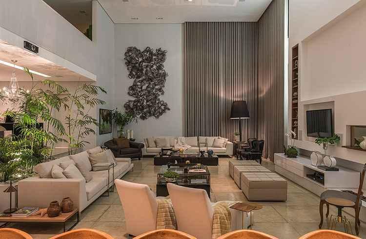 Sala da Família: No estar íntimo, uma bela escultura moderna se destaca no ambiente - Daniel Mansur/Divulgação