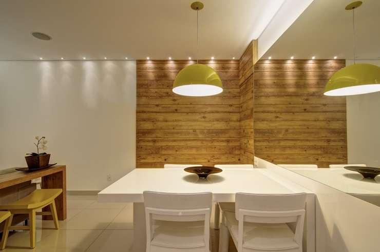 Segundo a arquiteta Carmen Calixto ao priorizar revestimentos mais aconchegantes como a madeira, a sala de jantar se torna mais acolhedora -