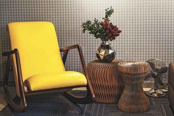 Peças como a poltrona estilo 1950 e o ventilador com design antigo compõe a decoração - Daniel Mansur/Divulgação