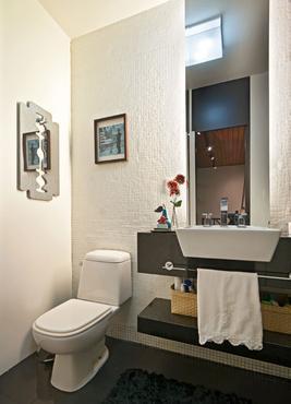 Banheiro ganha um toque divertido com o espelho em forma de lâmina de barbear - Daniel Mansur/Divulgação