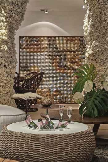O quadro ao fundo foi feito de cápsulas de café  - Jomar Bragança/Divulgação