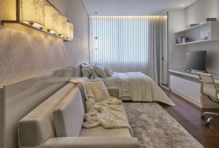 Neste projeto executado pela arquiteta Estela Netto, a cama de casal foi uma solicitação da jovem que buscava ter mais conforto em seu dormitório - Jomar Bragança
