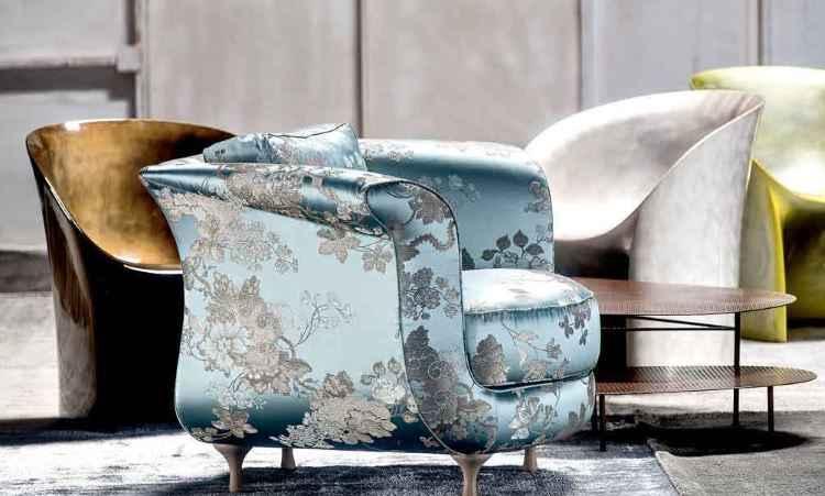 Tecidos tradicionais, como patterns intrincadas e clássicas, são usados como forro de cadeira e poltrona -