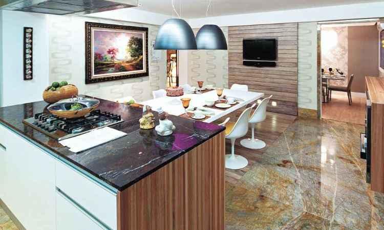 Aplicada na cozinha americana, a roma imperiali pode ser usada polida ou em forma bruta - Brasigran/Divulgação