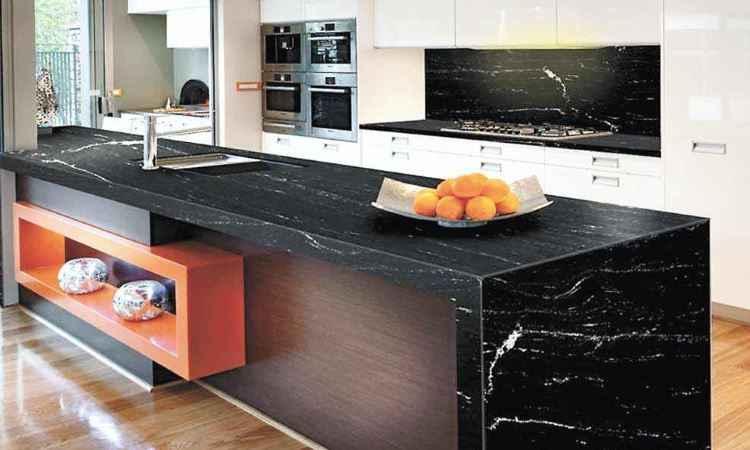 Bancada de cozinha com a rocha via láctea cria um ambiente imponente - Brasigran/Divulgação