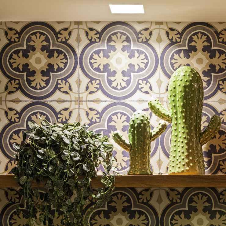 No projeto de Bruno Viana e Ivana Seabra, o cacto de cerâmica traz despojamento e leveza ao ambiente.  - Henrique Queiroga
