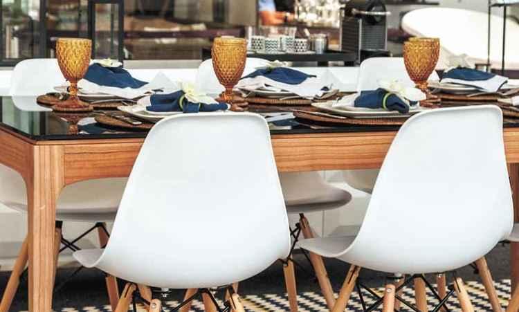 Na sala de jantar, Luana Aguiar investiu em ingredientes como descontração e aconchego - Henrique Queiroga/Divulgação