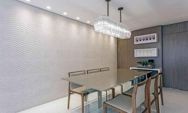 Na sala de jantar, o revestimento dá um toque de elegância à decoração - Osvaldo Castro/Divulgação