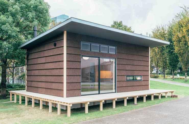 O designer inglês Jasper Morrison desenhou uma cabana de cortiça com interior de madeira. Para ele uma casa de campo deve ter o necessário: um lugar para cozinhar, um para comer, um para higiene e outro para dormir. - Divulgação