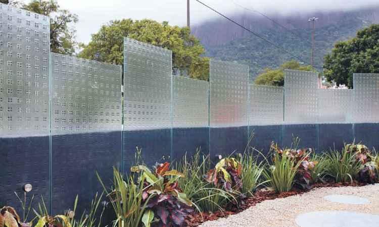 Na área externa, a leveza do vidro compõe com a natureza destacando-se como elemento decorativo - Idea Glass/Divulgação